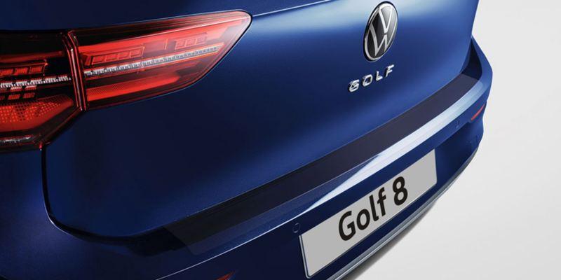 Dettaglio della protezione della battuta posteriore originale Volkswagen, montata su una Golf 8.