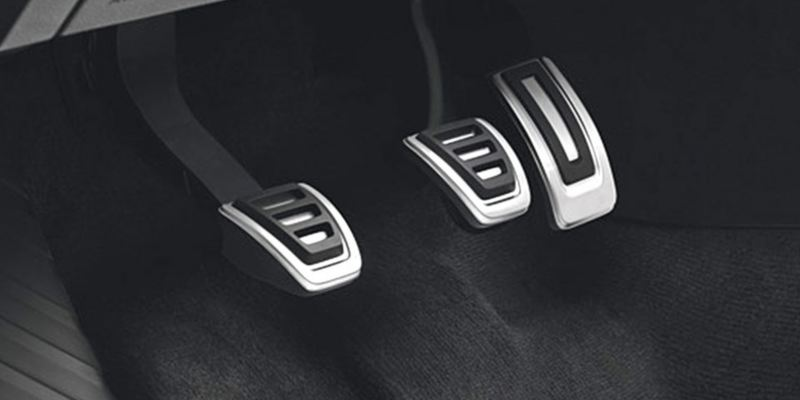 Dettaglio dei copri pedaliera originali Volkswagen, montati su una Golf 8. Disponibile per vetture con cambio manuale e con cambio automatico DSG.