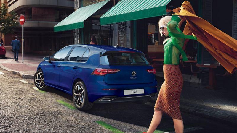Vista 3/4 posteriore di Volkswagen Golf 8 parcheggiata davanti ad un negozio.
