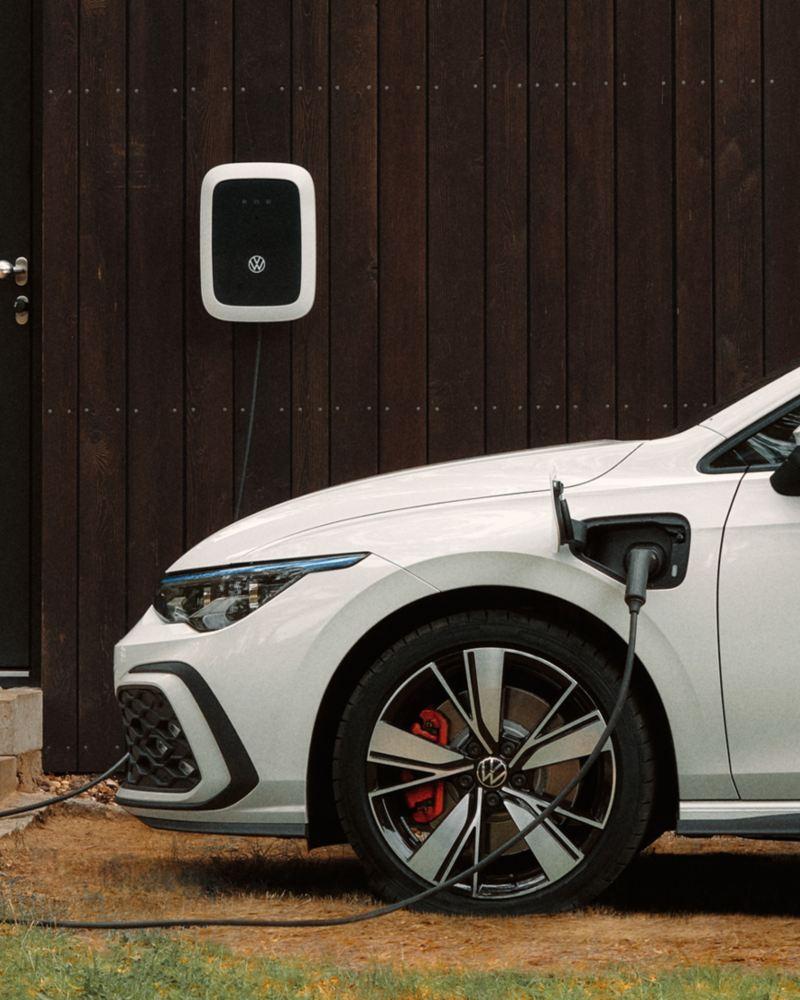 O Golf GTE está a ser carregado numa wallbox da VW