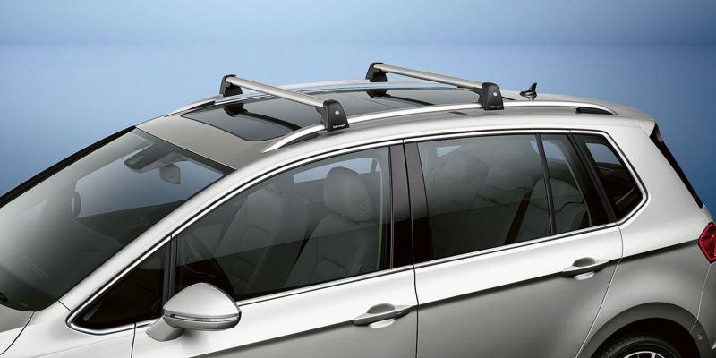 Dettaglio delle barre portatutto originali Volkswagen, montate su una Golf Sportsvan.