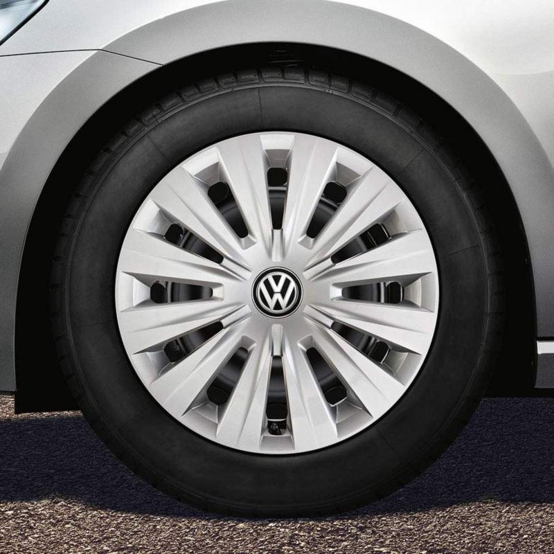 """Dettaglio del copricerchio originale Volkswagen da 15"""" montato su una Golf Sportsvan."""
