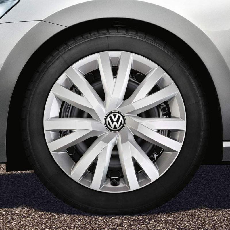 """Dettaglio del copricerchio originale Volkswagen da 16"""" montato su una Golf Sportsvan."""