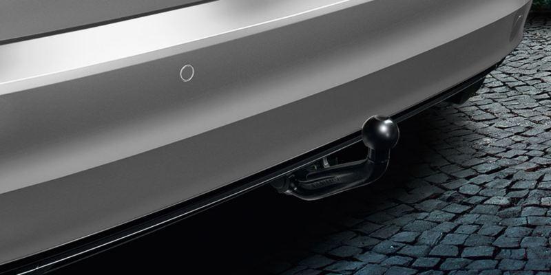 Dettaglio del gancio di traino sfilabile originale Volkswagen, montato su una Golf Sportsvan.