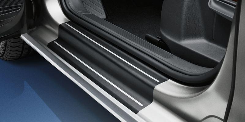 Dettaglio delle pellicole battitacco originali Volkswagen, montate su una Golf Sportsvan.