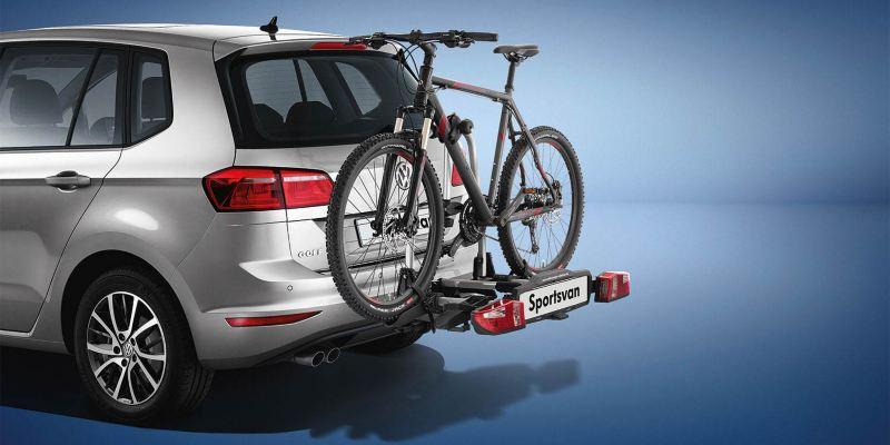 """Dettaglio del porta biciclette pieghevole """"Compact"""" originale Volkswagen, montato sul retro di una Golf Sportsvan. Disponibile per due o tre biciclette."""