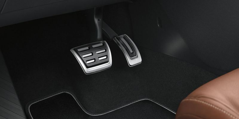 Dettaglio dei copri pedaliera originali Volkswagen, montati su una Golf Sportsvan. Disponibile per vetture con cambio automatico DSG.