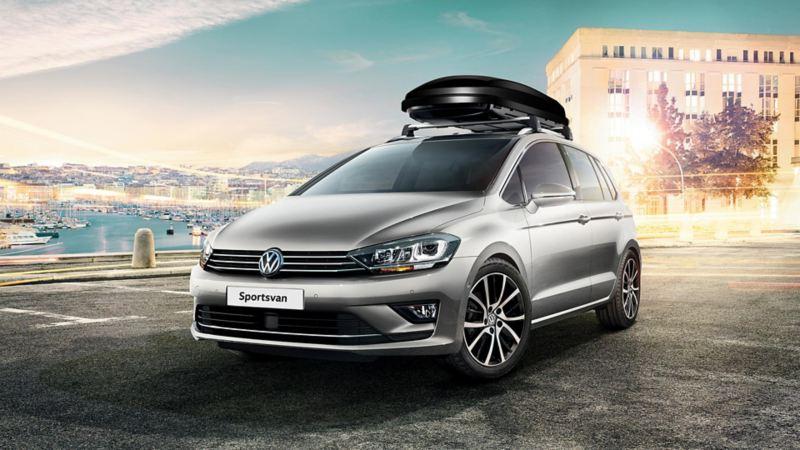 Vista laterale di Volkswagen Golf Sportsvan parcheggiata davanti ad un porto.