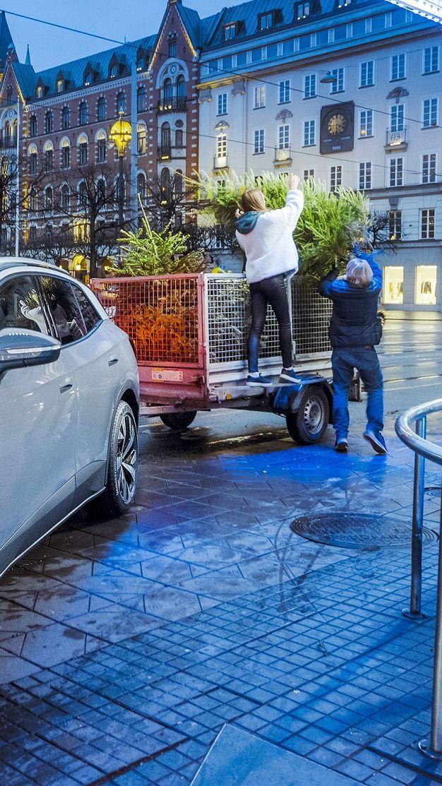 Volkswagen ID.4 hämtar upp julgranar