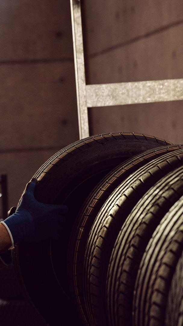 Un mecanicien monte un pneu
