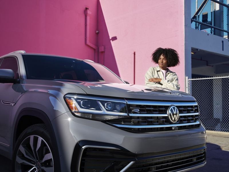 Femme debout devant le VUS VW Atlas Cross Sport, lien vers newvehicles.vwmodels.ca