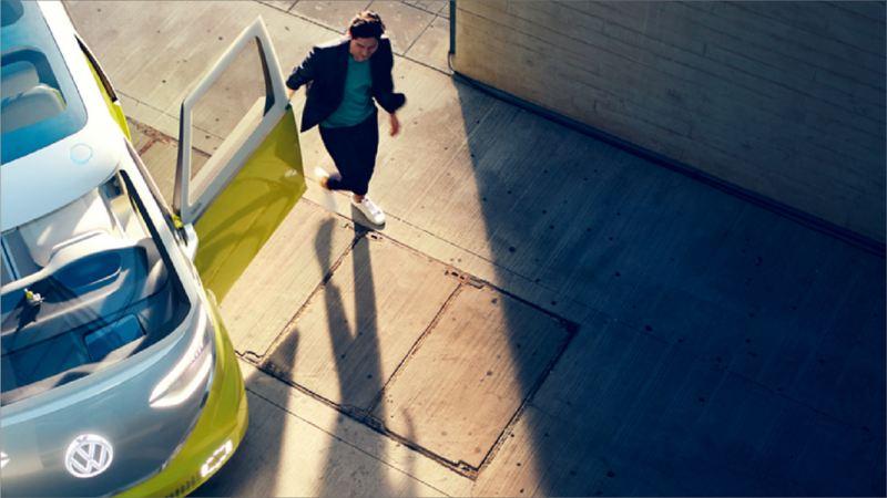 Une femme debout à côté d'un véhicule électrique