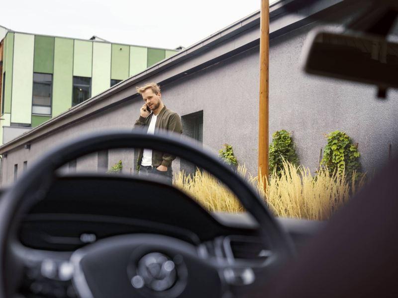 Regardant à travers le pare-brise d'une VW, lien vers la page « Garanties et couverture » de VW.