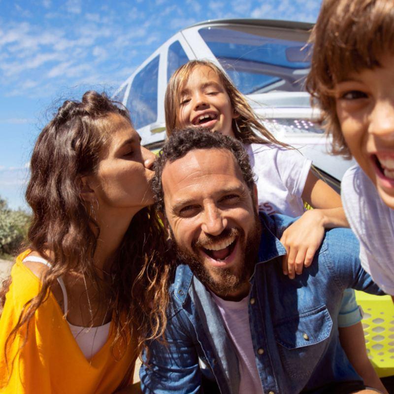 vw Volkswagen Nyttekjøretøy personvernerklæring ID BUZZ elbil gul familie selfie