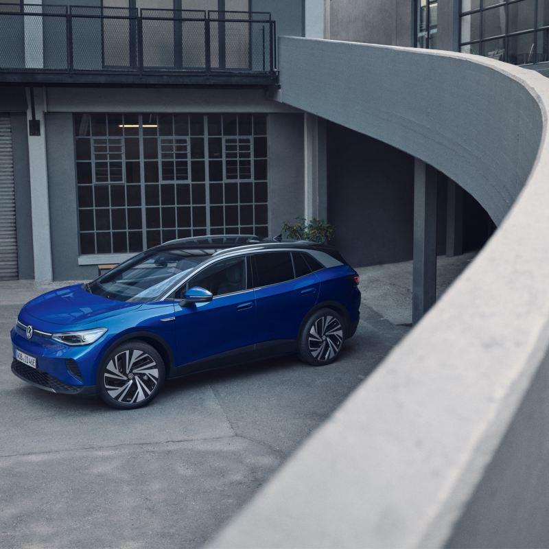 Vista laterale di Volkswagen ID.4 parcheggiata fuori da un edificio.