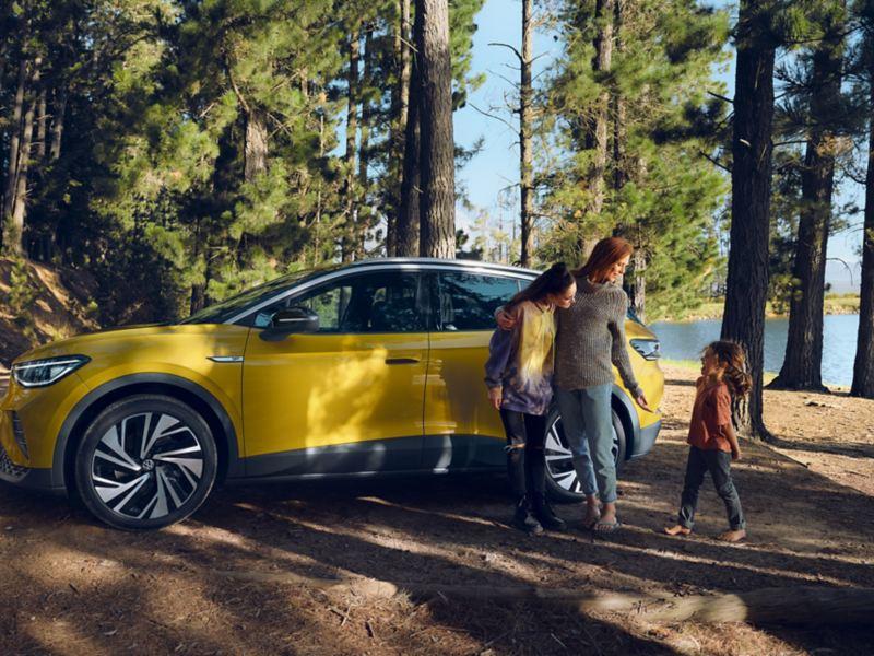en kvinna och två barn står vi helt elektriska VW ID.4