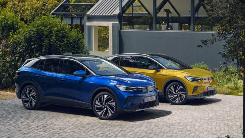 Helt elektriska Volkswagen ID.4. En blå och en gul bil.