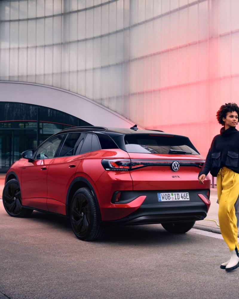 Vista 3/4 posteriore di Volkswagen ID.4 GTX.