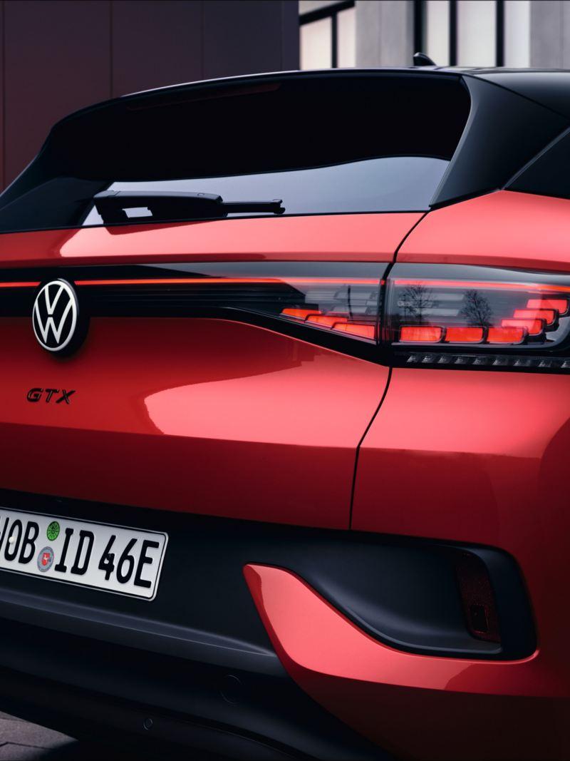 Czerwony VW ID.4 GTX widziany od tyłu. Klapa tylna zamknięta.