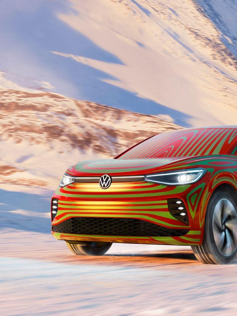 Vista 3/4 frontale di Volkswagen ID.5 GTX Camouflage su una strada di montagna innevata.