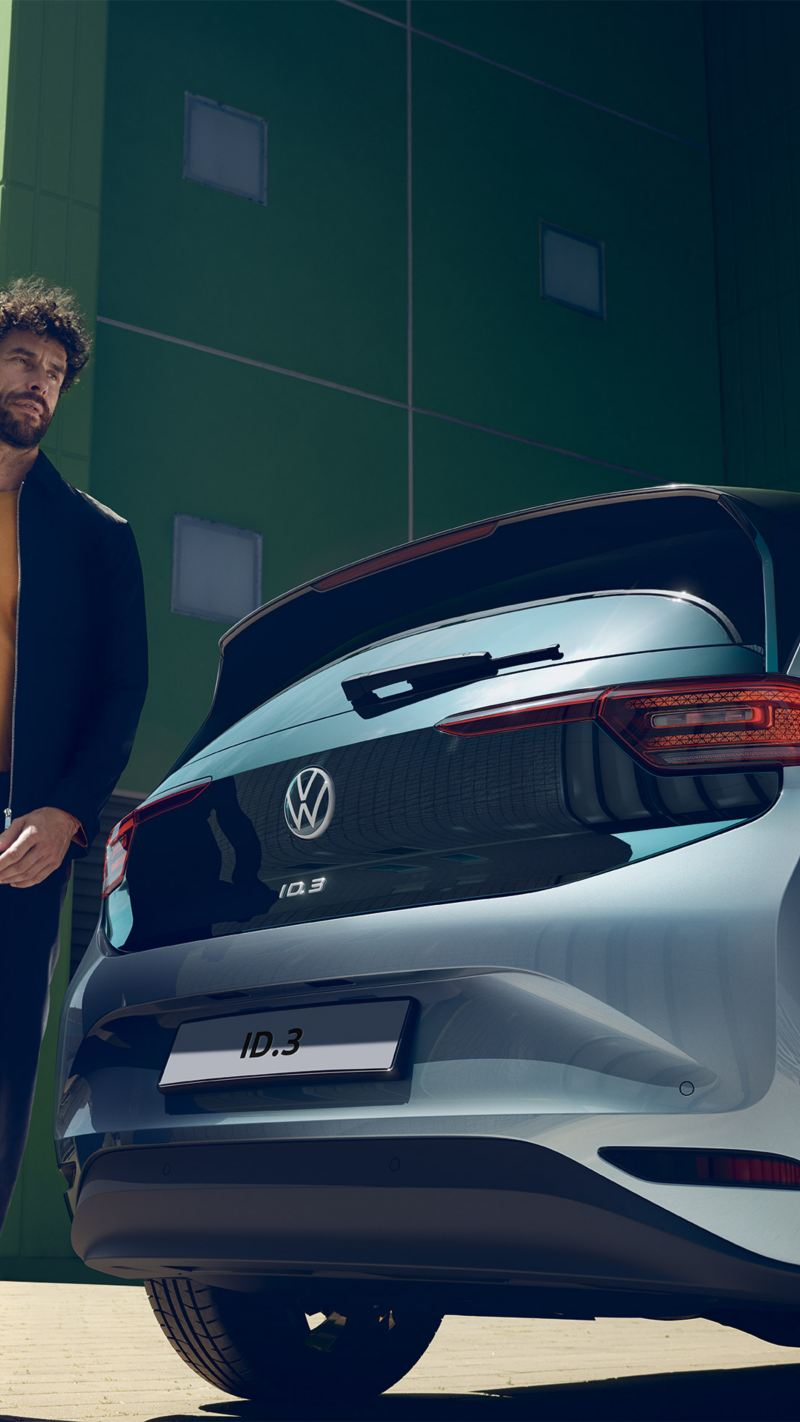 Un uomo accanto alla sua ID.3 Volkswagen.