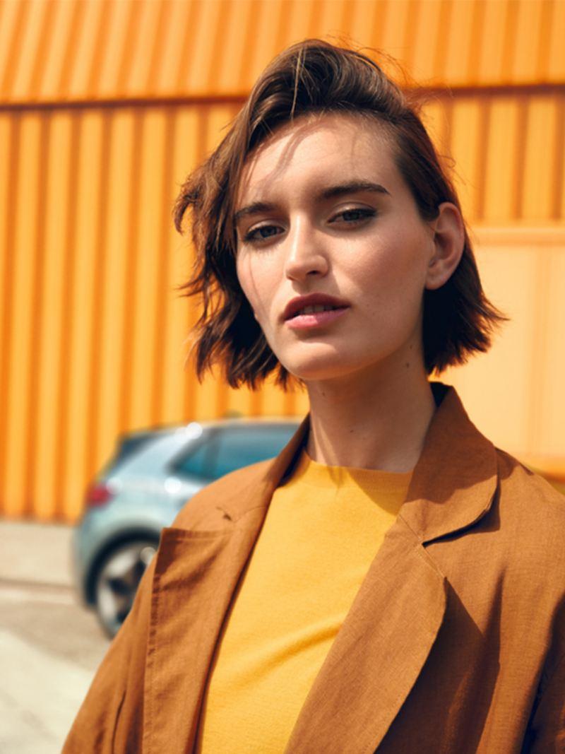 Porträt einer Frau vor einem Fahrzeug