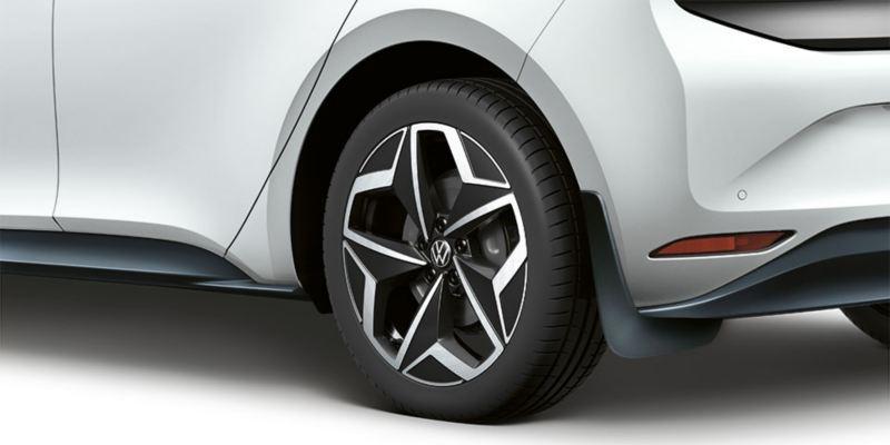 Dettaglio dei paraspruzzi originali Volkswagen montati su una ID.3.