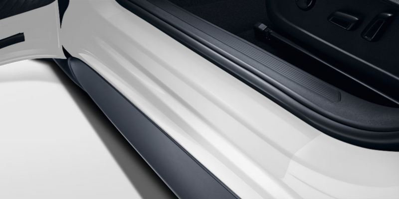 Dettaglio delle pellicole battitacco nere originali Volkswagen, montate su una ID.3.