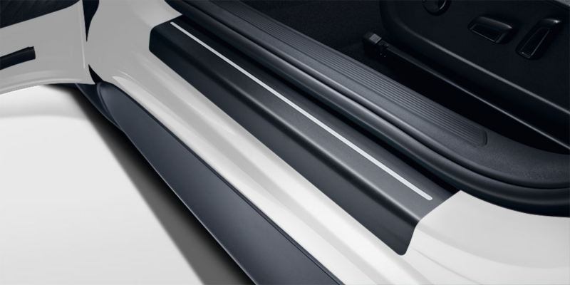 Dettaglio delle pellicole battitacco trasparenti originali Volkswagen, montate su una ID.3.