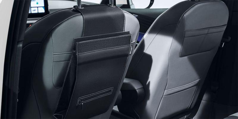 """Dettaglio del portarifiuti """"Clean Solution"""" originale Volkswagen, applicabile al poggia testa del sedile; montato in una ID.3."""