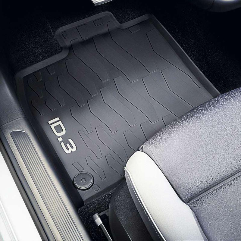Dettaglio dei tappetini in gomma originali Volkswagen, montati in una ID.3.