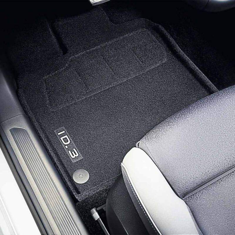 """Dettaglio dei tappetini in moquette """"Premium"""" originali Volkswagen, montati in una ID.3."""