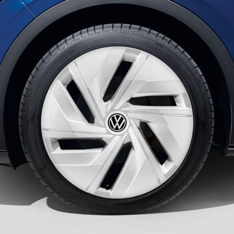 """Dettaglio del copricerchio argento da 18"""" originale Volkswagen, montato su ID.4."""