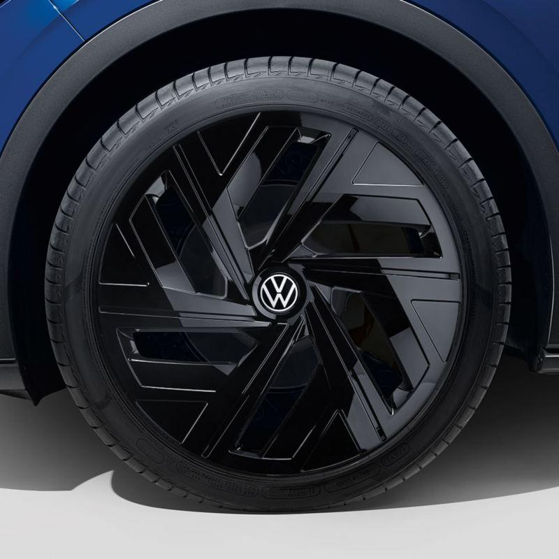 """Dettaglio del copricerchio nero lucido da 19"""" originale Volkswagen, montato su ID.4."""