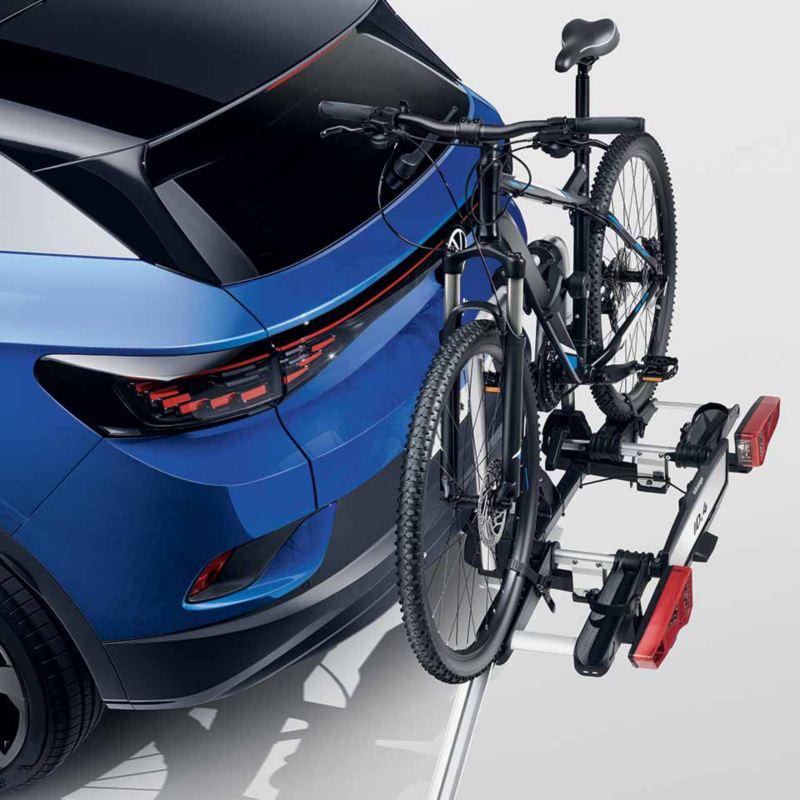 """Dettaglio del porta biciclette pieghevole """"Premium"""" originale Volkswagen montato su  ID.4. Disponibile per due biciclette o e-bike con rampa pieghevole per agevolarne il carico e lo scarico delle bici."""