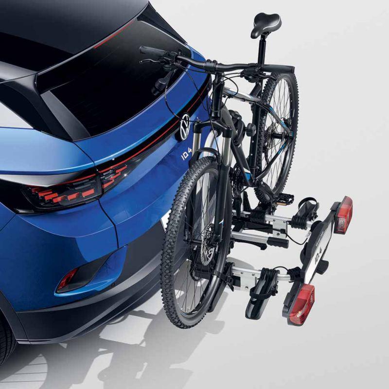 """Dettaglio del porta biciclette pieghevole """"Compact"""" per due biciclette originale Volkswagen, montato sul retro di ID.4."""
