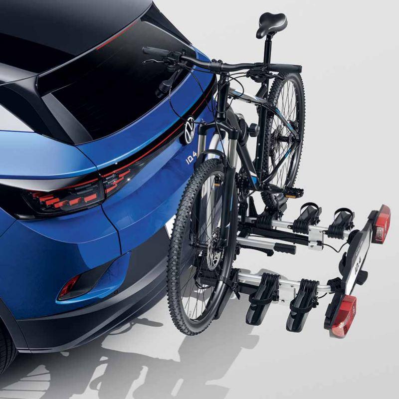 """Dettaglio del porta biciclette pieghevole """"Compact"""" per tre biciclette originale Volkswagen, montato sul retro di ID.4."""