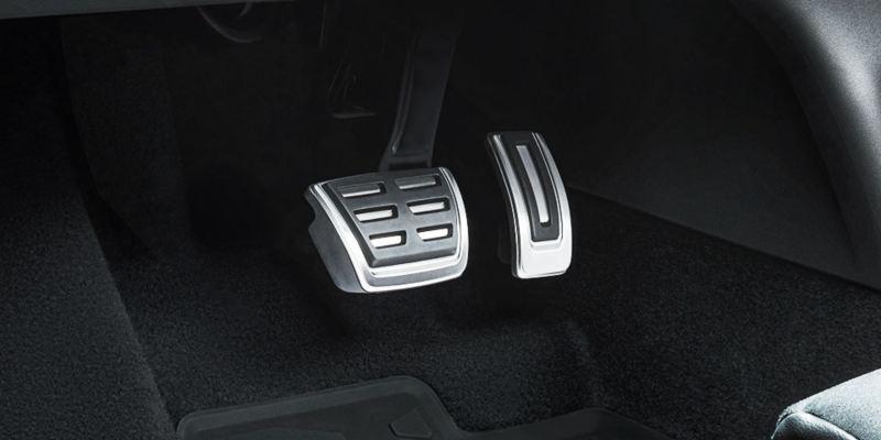 Dettaglio del set copri pedaliera in acciaio Inox originale Volkswagen, montato su ID.4. Disponibile per vetture con cambio automatico DSG.