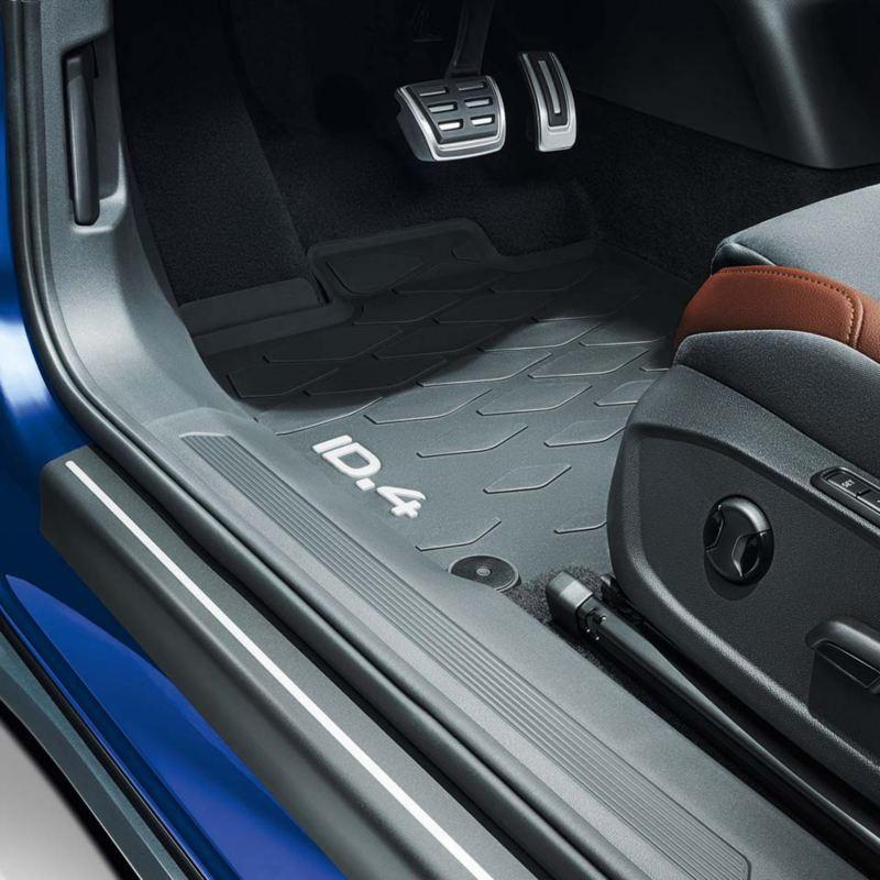 Dettaglio dei tappetini in gomma originali Volkswagen, montati su ID.4.
