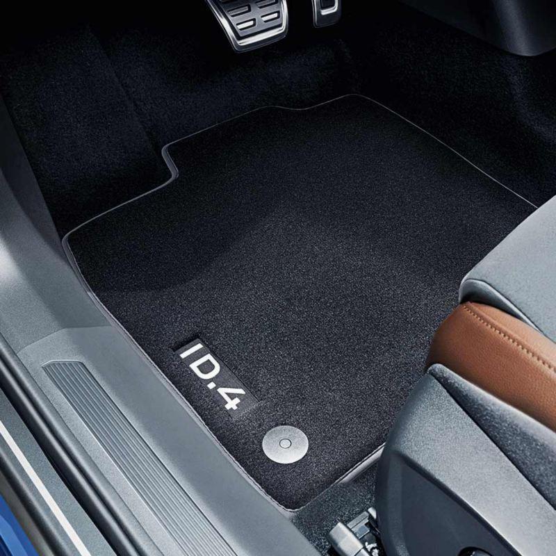 """Dettaglio dei tappetini in moquette """"Premium"""" originali Volkswagen, montati su ID.4."""
