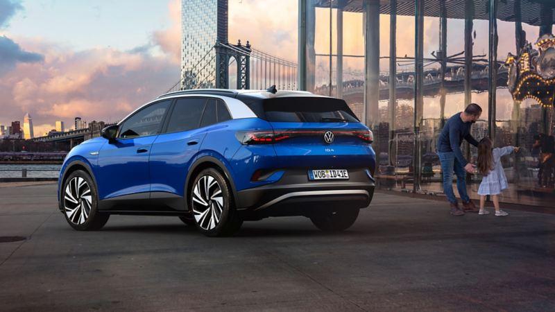 ID.4 Volkswagen bleu crépuscule métallique stationné à côté d'un bâtiment