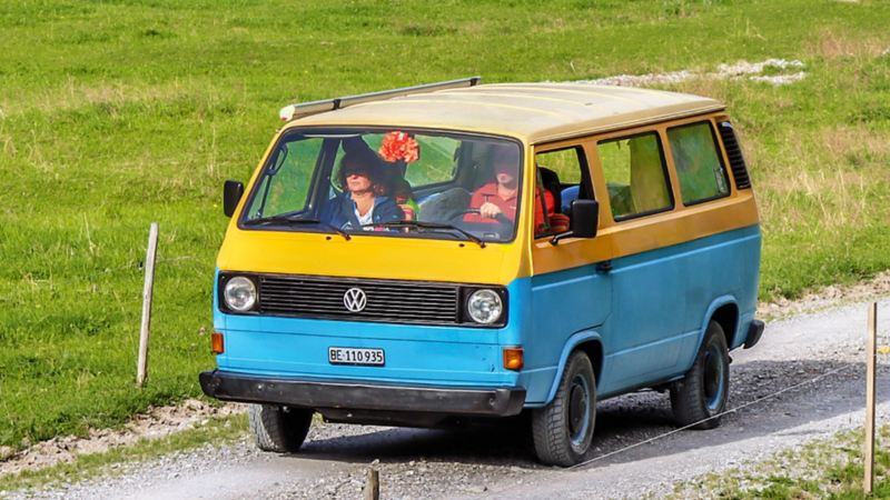 Un singolare giallo/blu: il van di Alex e Dominique spicca come unico T3 tra i Bulli raffreddati ad aria.
