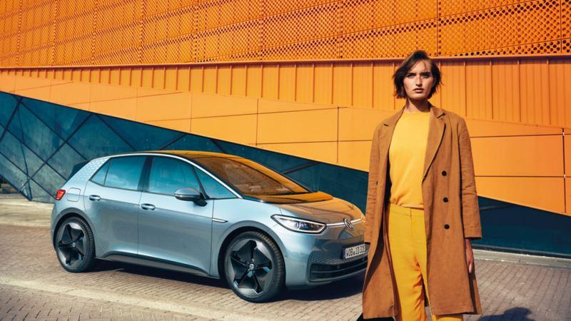 Frau steht vor dem VW ID.3