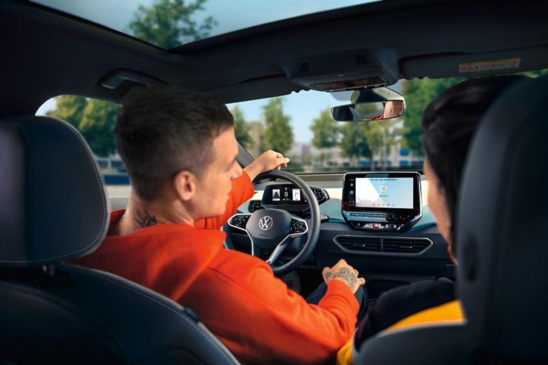 Uomo e donna in VW ID.3