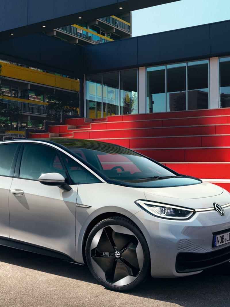 VW ID.3 3-4-Fronte davanti alle scale rosse