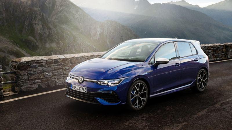 Volkswagen Golf R 2022 de couleur bleue garée sur une route avec vue sur les montagnes à l'arrière