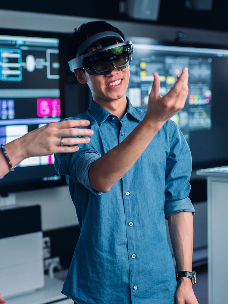 Zwei Männer experimentieren mit einer VR-Brille