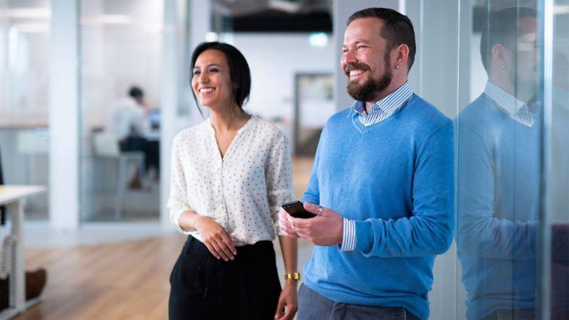 Eine Frau und ein Mann mit einem Smartphone in der Hand