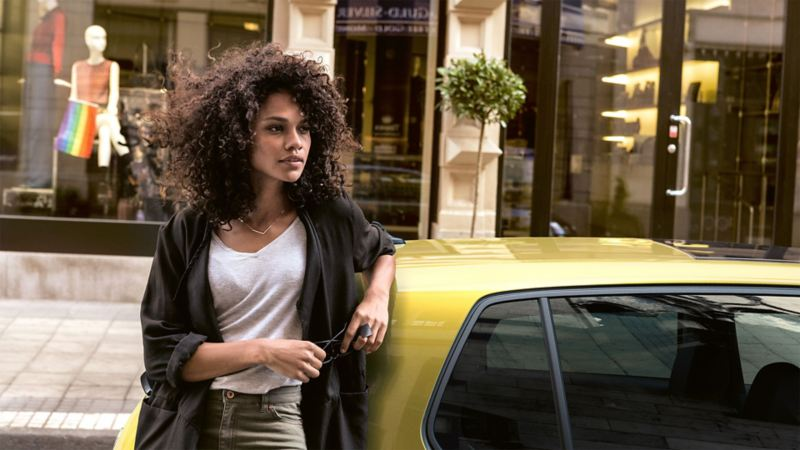 Porträt einer Frau neben einem Volkswagen