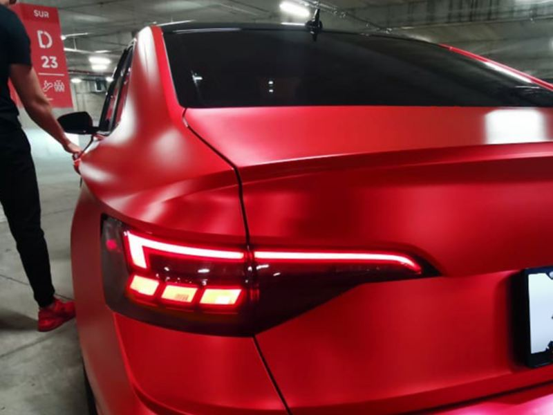 Parte trasera lateral de Jetta VW color rojo tornado